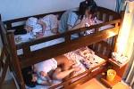 大学生の肉棒に発情した妹JK達が二段ベッドでハメ潮吹き姉妹丼エッチ
