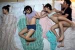 川の字の寝取られ状況で母の再婚相手に痙攣イカされまくる姉妹JK