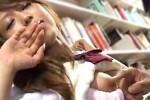 茶髪JKが図書館で中年オヤジに激しく手マンされマン汁垂らし足ガク痙攣